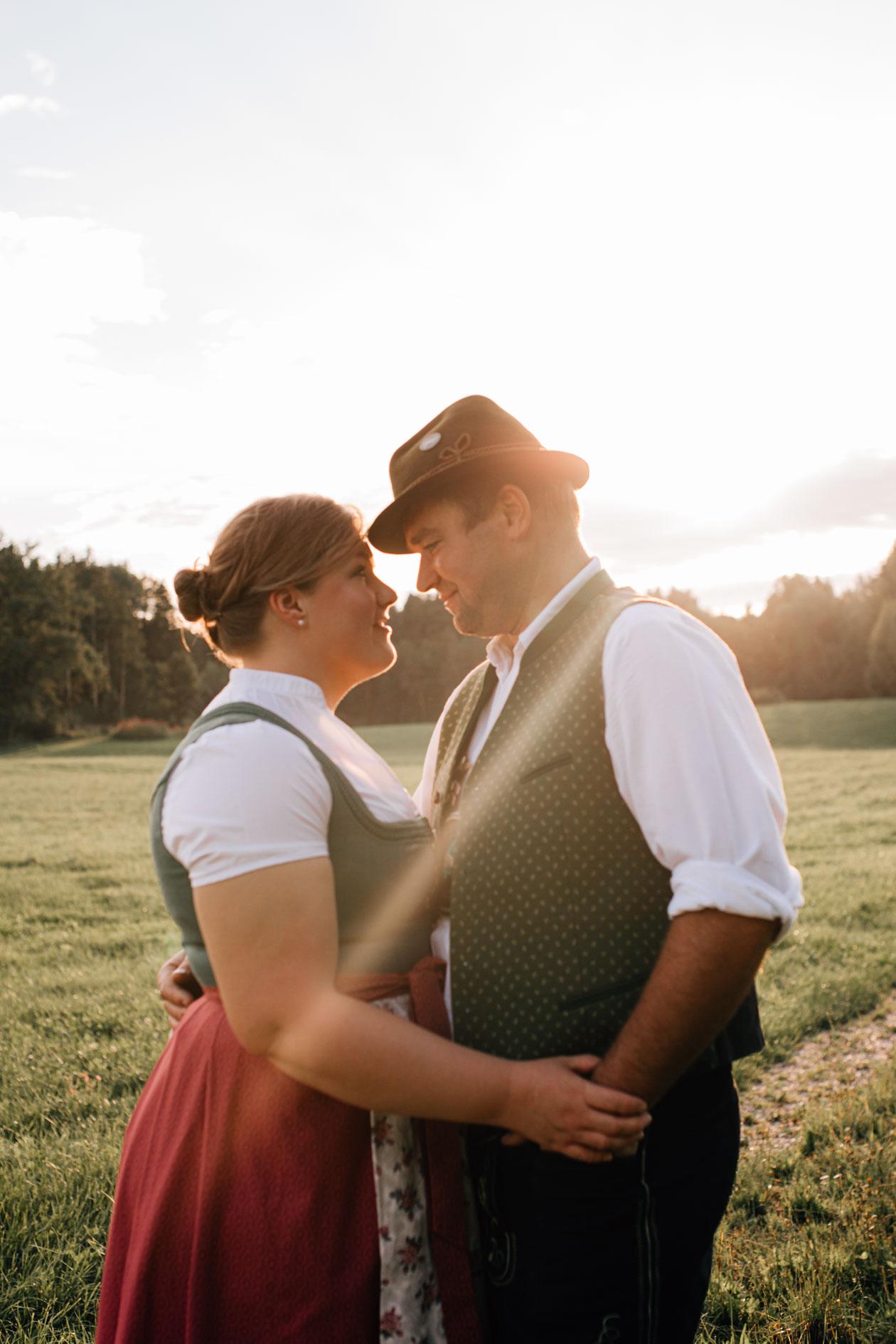 Paarbilder im Sonnenuntergang mit zukünftigem Brautpaar 2022